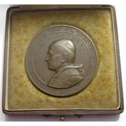 Lajos Berán: XI. Pope Pius, offering a crown commemorative medal 1925 in case